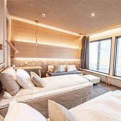 Cewood, akustiikkalevy, akustiikkalevyt, hirsitalo, akustiikkalevy seinään, akustiikkalevy kattoon, akustiikkapaneeli, sisustus, akustiikkalevy sisustukseen, akustiikkalevy hotelliin, hotelli