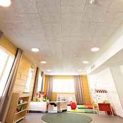 Cewood, akustiikkalevy, akustiikkalevyt, hirsitalo, akustiikkalevy seinään, akustiikkalevy kattoon, akustiikkapaneeli, sisustus, akustiikkalevy päiväkoteihin, akustiikkalevy kouluihin, oppilaitos, päiväkoti
